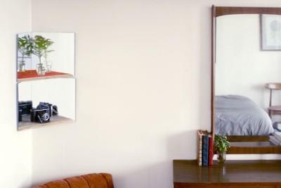 Estanterías con fondo de espejo que multiplican tus cosas favoritas y amplían el espacio