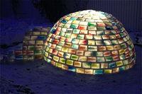 Sorprendente iglú multicolor construido con cartones de leche