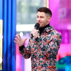 Para un segundo look, Nick Jonas se viste de la psicodelia de Dior para los Premios Billboard