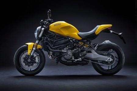 La Ducati Monster 821 se renueva mirando a sus orígenes, inspirada en la Monster 900 de 1992