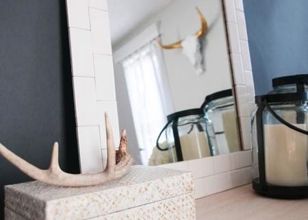 Una buena idea: azulejos tipo metro en casa, en el marco de un espejo y sin obras