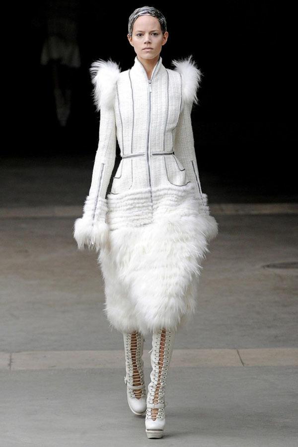 Foto de Alexander McQueen Otoño-Invierno 2011/2012 en la Semana de la Moda de París: Sarah Burton continúa con nota el legado (1/27)