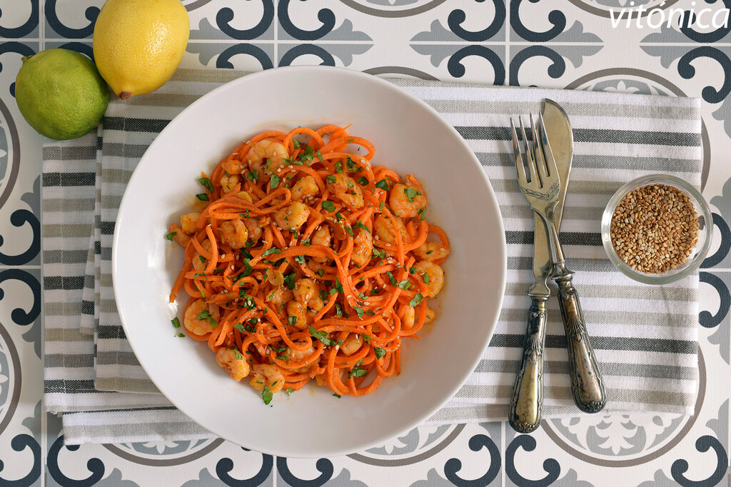 Zoodles o espaguetis de boniato o batata con gambas al ajillo: receta saludable baja en hidratos