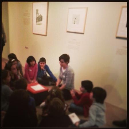 """La exposición y el taller sobre """"David Hockney. Seis cuentos de los hermanos Grimm"""" es muy entretenida para las familias"""