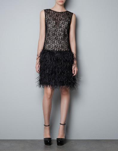 vestido encaje y plumas