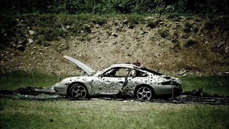 Dolorpasión™: Un Porsche 911 acaba como un queso de Gruyère