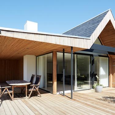 Puertas abiertas: una cálida casa de madera ubicada entre los bosques de Dinamarca