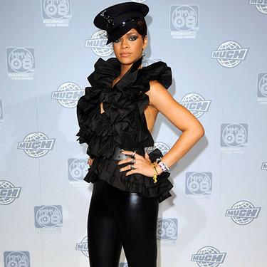 Rihanna de negro y muy ajustada en Toronto