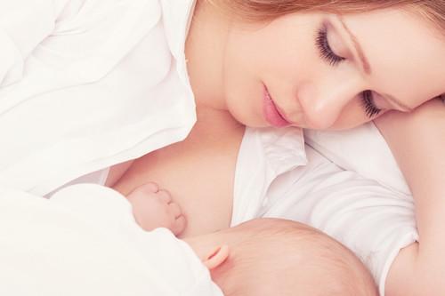 ¿Despierto a mi bebé recién nacido para darle el pecho?
