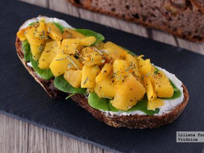 Tosta de pan de centeno y nueces con queso fresco, espinacas baby y melocotón. Receta saludable