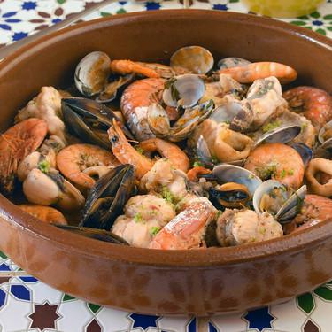 Zarzuela de rape y mariscos: la receta que será un éxito garantizado en tus fiestas
