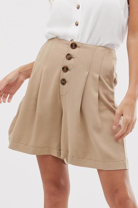 Pantalones cortos con parte delantera abotonada en color piedra de Warehouse