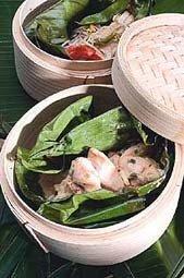 Cocinar al vapor con la cesta de bambú