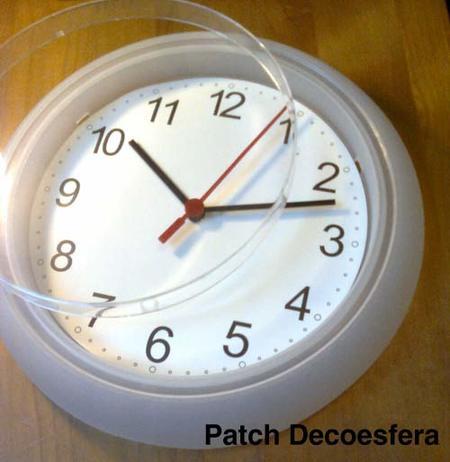 Retiramos el plástico que tapa la esfera del reloj.