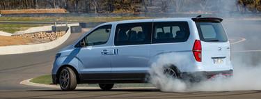 La Hyundai iMax N Drift Bus es la furgo de 400 CV con la que sueñan los VTC para llevarte derrapando al aeropuerto