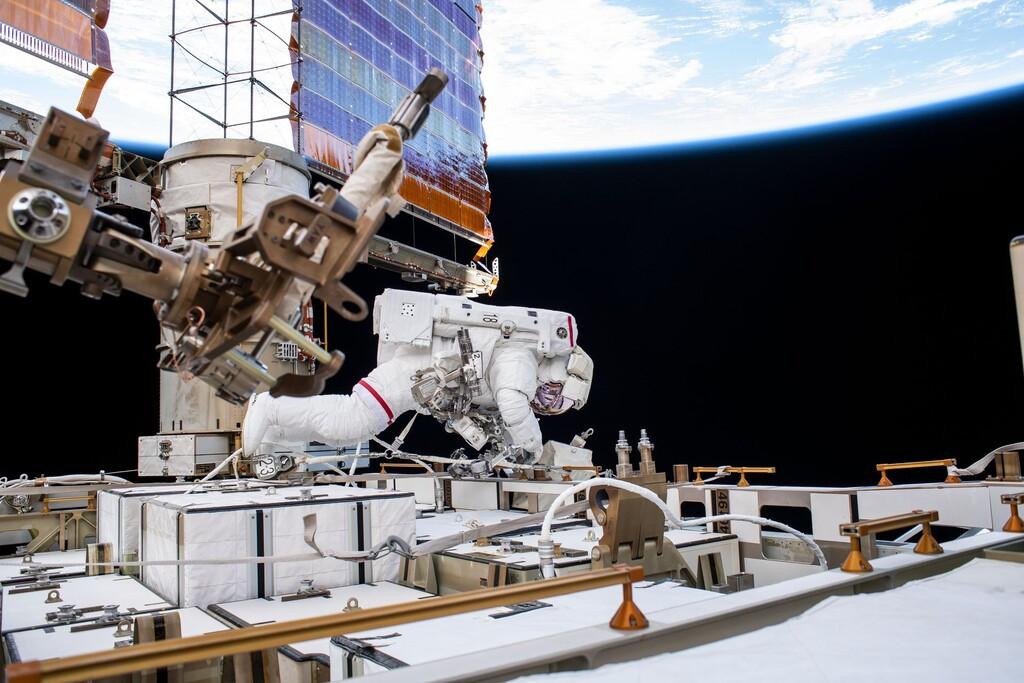 La Estación Espacial Internacional ya tiene instaladas sus nuevas baterías: son de iones de litio y pesan 180 kilos cada una