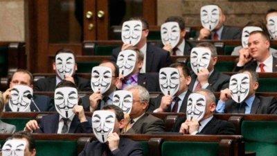 La imagen de la semana: Políticos polacos protestan tras la firma de ACTA con máscaras de Guy Fawkes