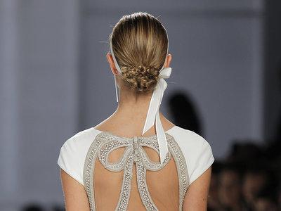 Se llevan los vestidos de novia con la espalda al aire. ¿Cómo lucirlas? Nos responden Rosa Clará, Pronovias y Hannibal Laguna