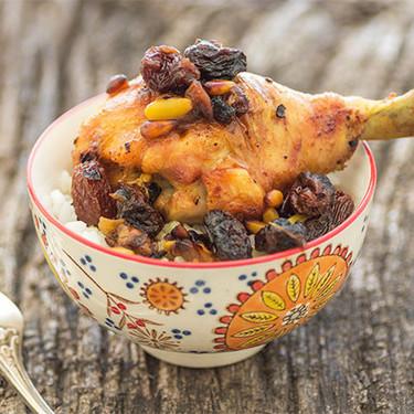 Receta de pollo asado al estilo marroquí con pasas y piñones