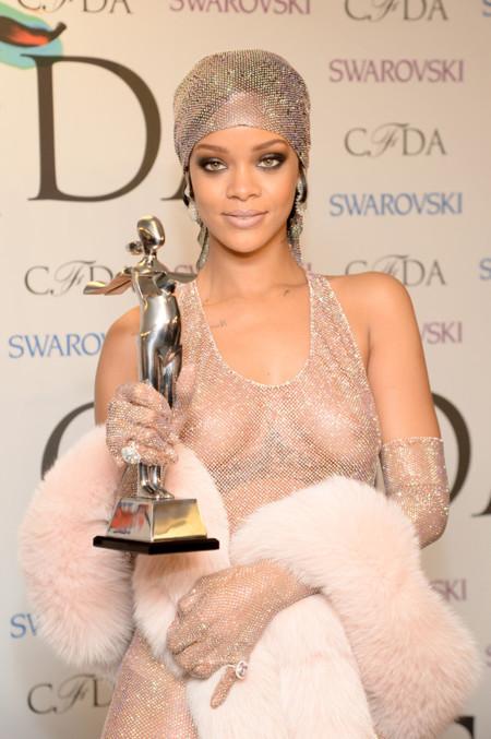 Rihanna se desnuda como icono de la moda para CFDA