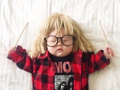 Las divertidas fotografías que hace una madre a su bebé mientras duerme la siesta