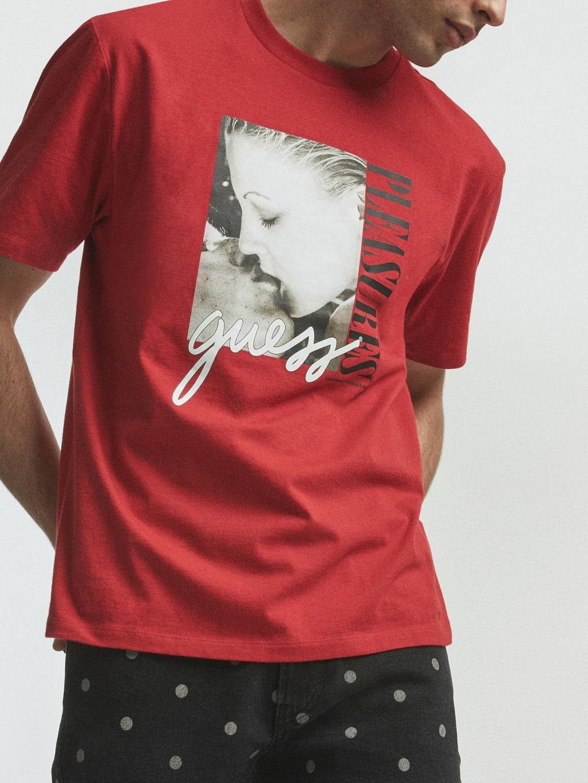 Camiseta roja con estampado fotográfico