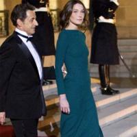 El look de Carla Bruni en la cena de Estado ofrecida al presidente ruso