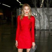 Dree Hemingway de rojo Valentino, espectacular