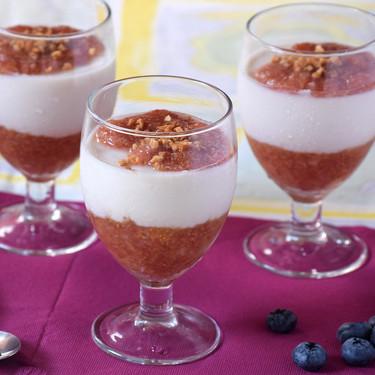 Copas de queso quark, compota de higos sin azúcar añadido y almendras: receta de postre saludable