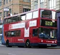 Anuncio pidiendo ayuda para tener un bebé en los autobuses de Londres