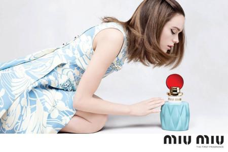 La actriz Stacy Martin presta su rostro para la primera fragancia de Miu Miu