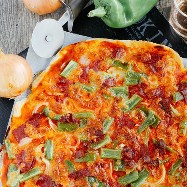 Pizza casera de salami y poblano. Receta deliciosa para disfrutar en casa