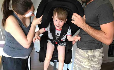 Una pareja de paramédicos muestra lo más importante acerca del uso de la silla para el coche