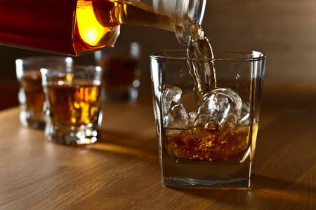 Whiskey, whisky, bourbon... ¿Qué son y en qué se diferencian estas bebidas que parecen tan similares?