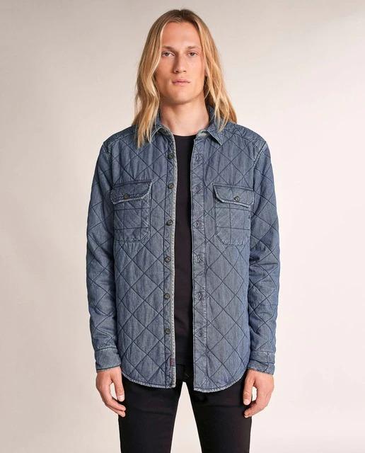 Esta chaqueta reversible es esencial en cualquier armario. De un lado, una chaqueta acolchada azul de cuello clásico. Del otro, un bomber marrón claro con bolsillo en la manga y detalle de cremallera, además de una capucha removible.