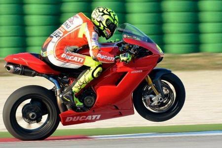 Valentino Rossi pone a prueba su hombro con una Ducati 1198 SP, ¡menudo juguetito!