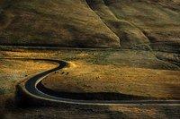 ¿Por qué hay curvas que parecen inútiles en la carretera?