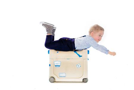 Crean una maleta-cama para que los niños viajen como reyes