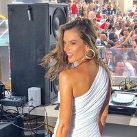 Alessandra Ambrosio apuesta por el blanco asimétrico y triunfa una noche de verano