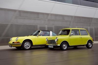 MINI felicita al Porsche 911 por su 50 cumpleaños