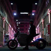 La moto eléctrica con rueda sin buje de TRK ya se prueba por Helsinki y huele cada vez más a moto de calle