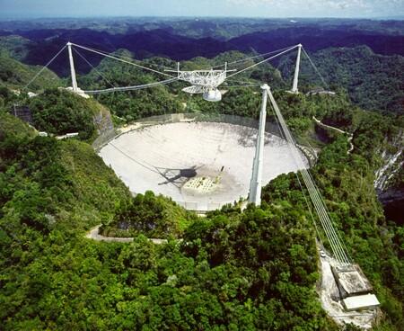 Escuchando al universo para captar vida: así logra el famoso radiotelescopio de Arecibo recibir y enviar señales a millones de años luz