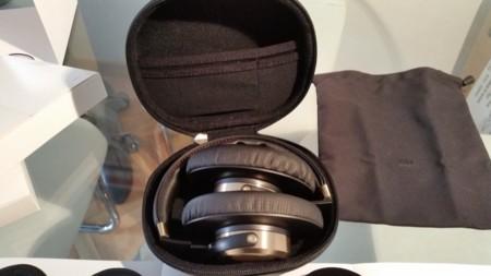 Gracias al tamaño de la funda rígida, podemos transportar los Mi Headphones con las almohadillas grandes