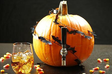 Anima tu fiesta de Halloween sirviendo el cóctel directamente de una calabaza