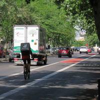 La pelea entre una conductora y un ciclista que explica el jaleo de los reglamentos de movilidad en España
