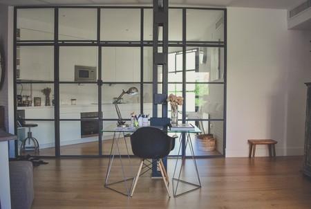 Siete motivos para apostar por puertas industriales de cristal en casa