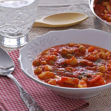 Garbanzos guisados con pota y tomate: receta de cuchara marinera y económica