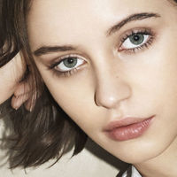 Iris Law suma y sigue y nos muestra 'The Essentials' la nueva línea de Burberry Beauty