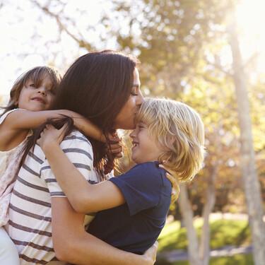 El enorme y mágico poder que tienen los besos en nuestros hijos