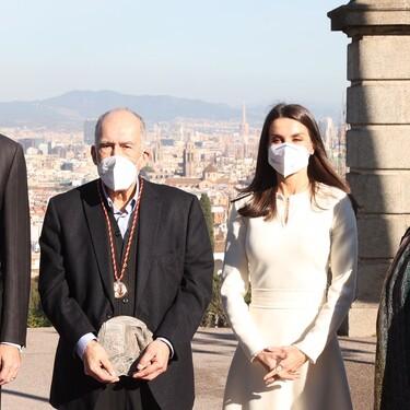 Doña Letizia se apunta a la tendencia de los vestidos blancos en invierno con un look muy sofisticado
